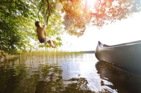 In den See springen   Berlin mit Kind