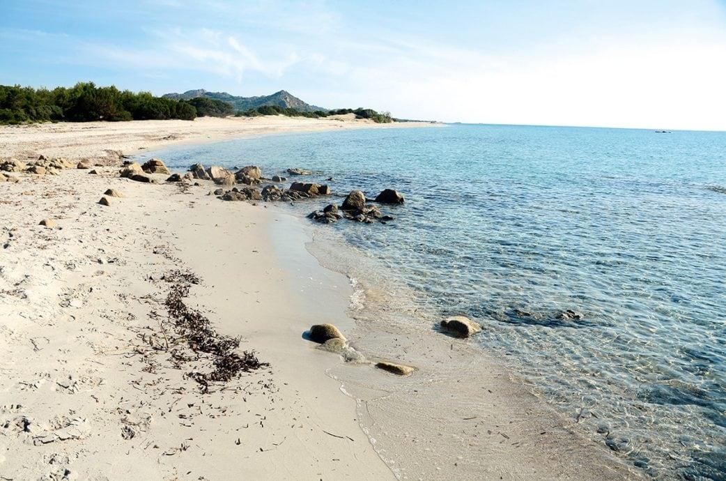 heller Sandstrand und türkises Meer mit ein paar Felsen in Sardinien | München mit Kind