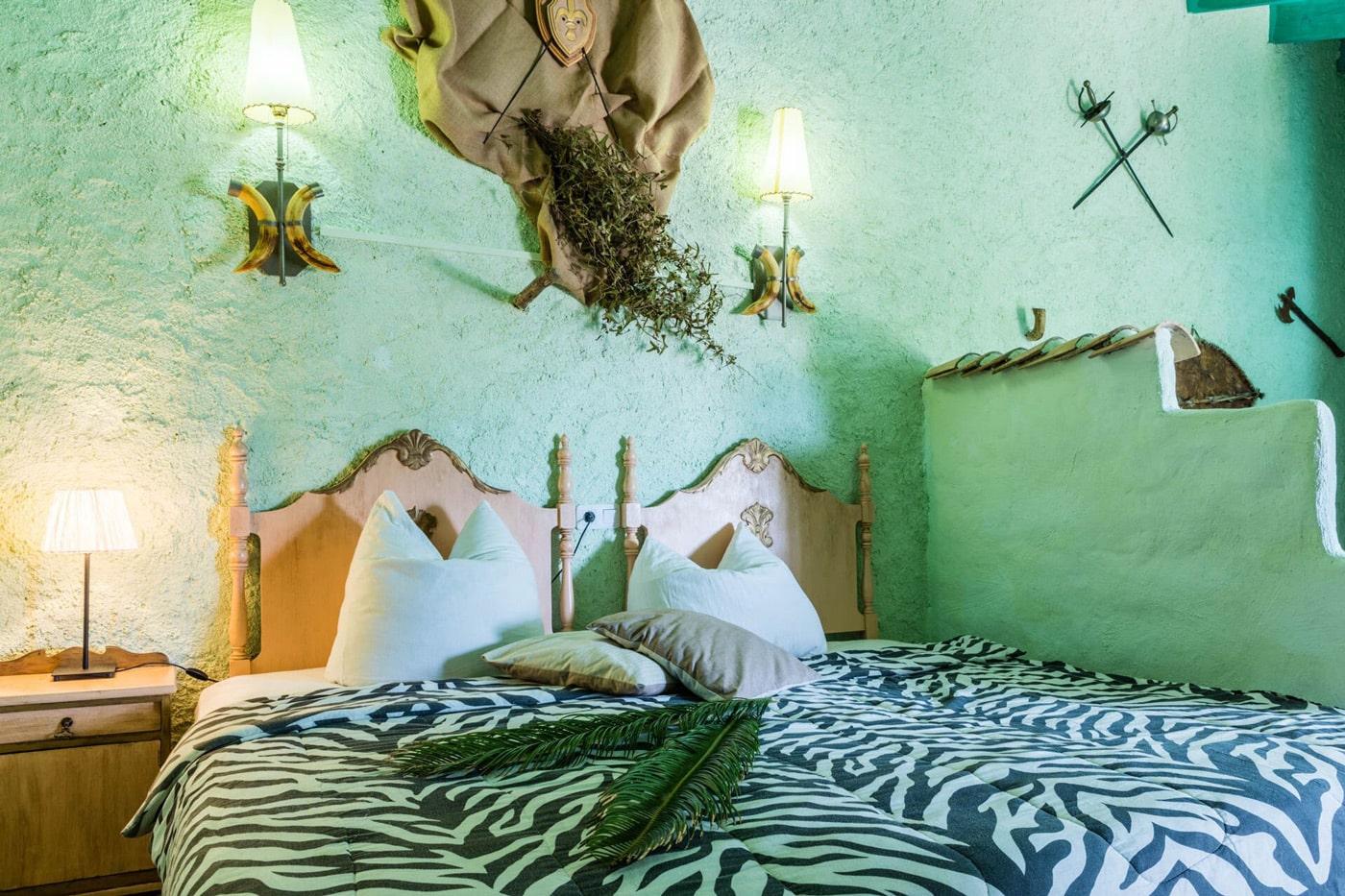 Schlafzimmer in tuerkis mit Zebradecke