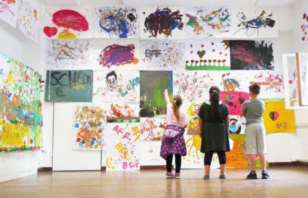 Kinder vor Bildergalerie in der Kinderausstellung // HIMBEER