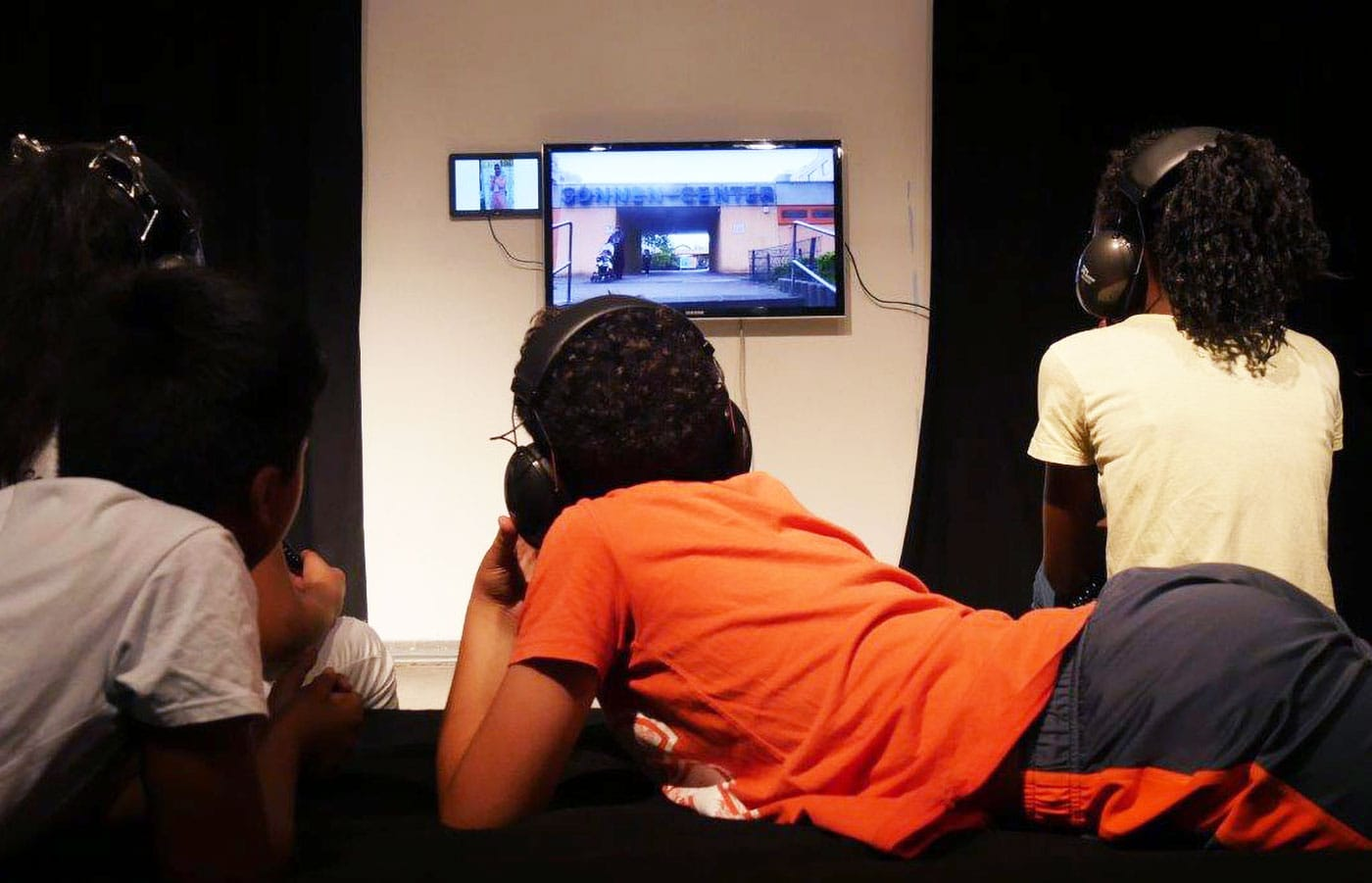 Kinder vor Fernseher in der Kinderausstellung // HIMBEER