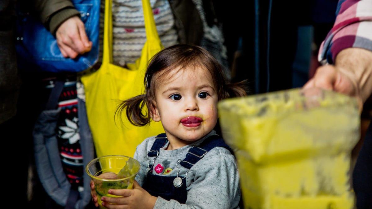 Kind beim Betrachten eines Smoothies | Berlin mit Kind