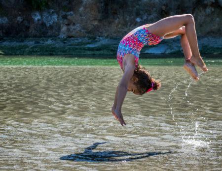 Kindersport: Mädchen Salto im Wasser / HIMBEER