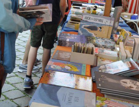 Stände voller Bilderbücher auf dem Bilderbuchfest // HIMBEER