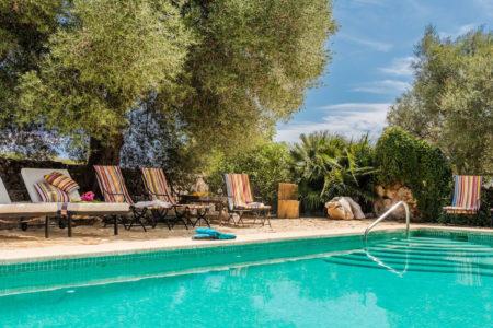 Pool und Liegestuehle der Finca auf Mallorca