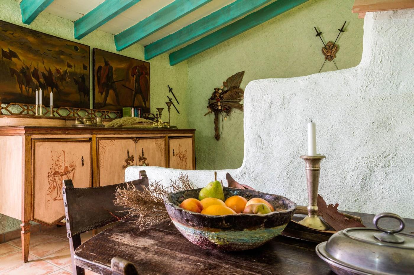 Tisch mit Obst in Wohnraum der Finca