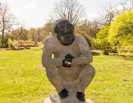 Ein Affe aus Serpentinit im Tierpark Berlin // HIMBEER