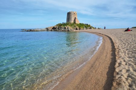 Strand mit Burg an türkisem Meer auf Sardinien | München mit Kind