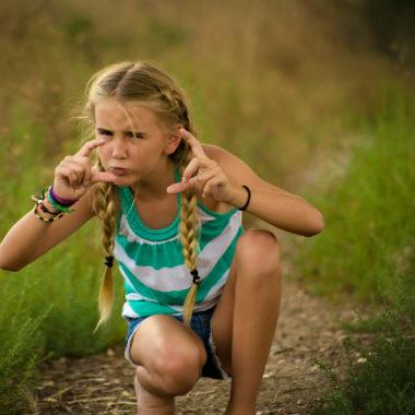 Mädchen macht ein Foto mit den Fingern | Berlin mit Kind