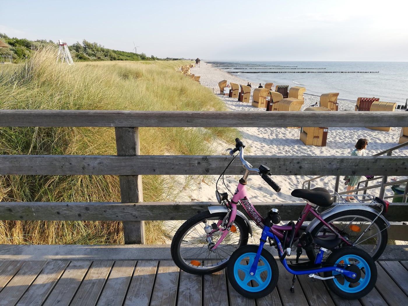 Fahrraeder am Strand