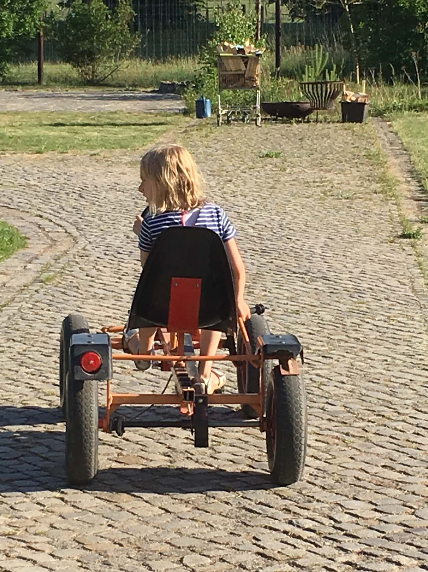 Kind faehrt auf Kettcar // HIMBEER