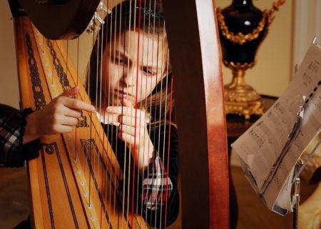 Mädchen an der Harfe | Berlin mit Kind