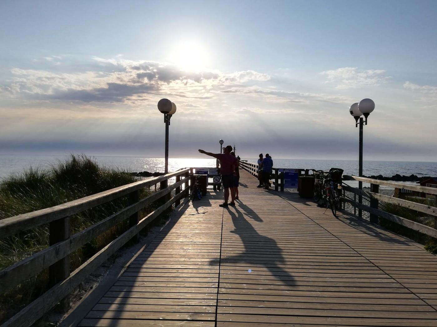 Abends auf dem Pier Urlaub an der Ostsee