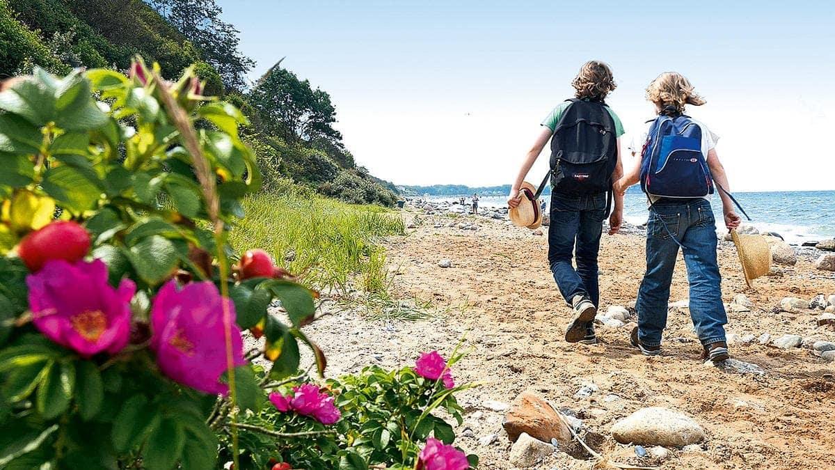 Zwei Kinder am Strand Ostsee   München mit Kind