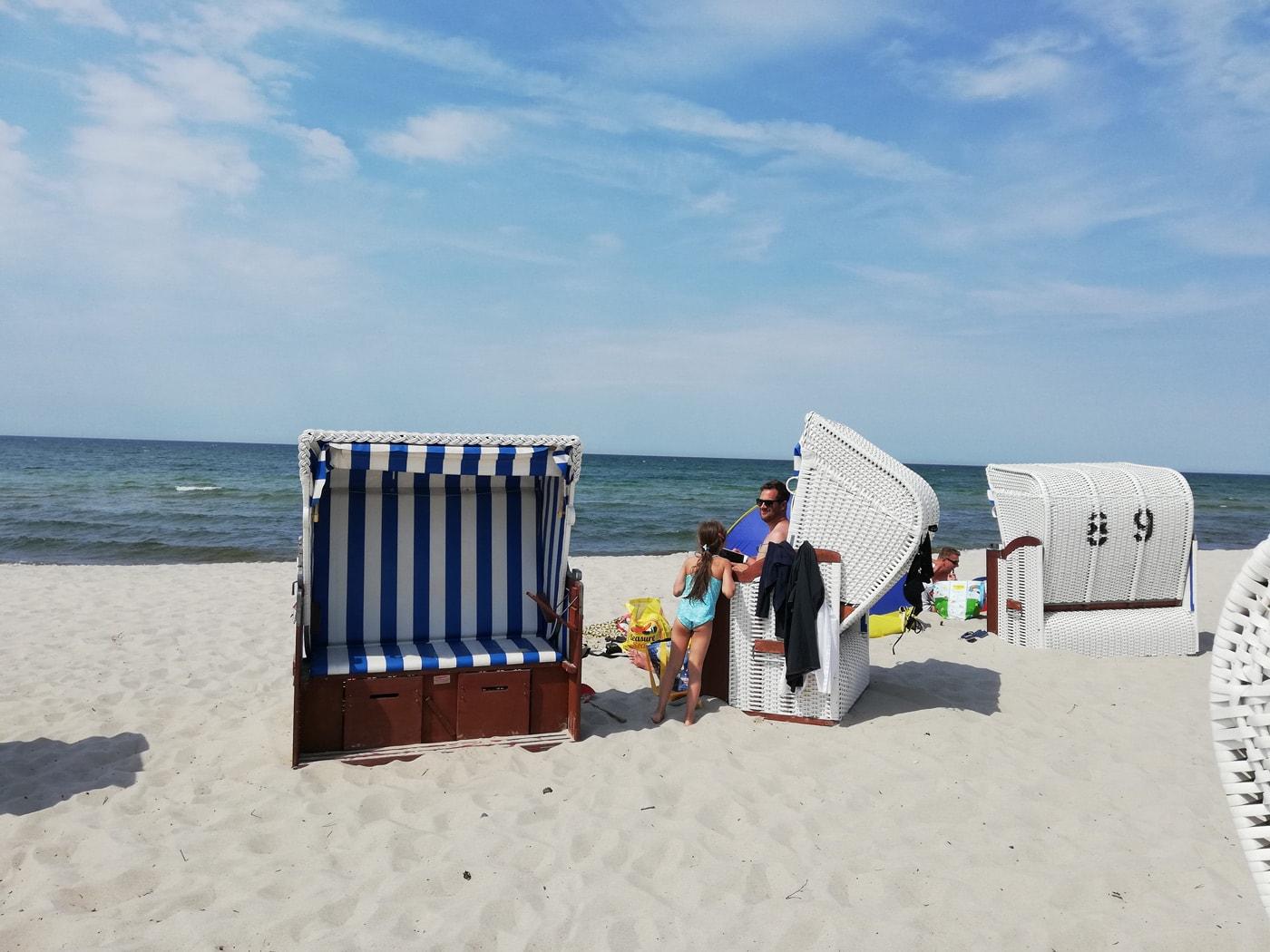 Sandstrand und Strandkoerbe