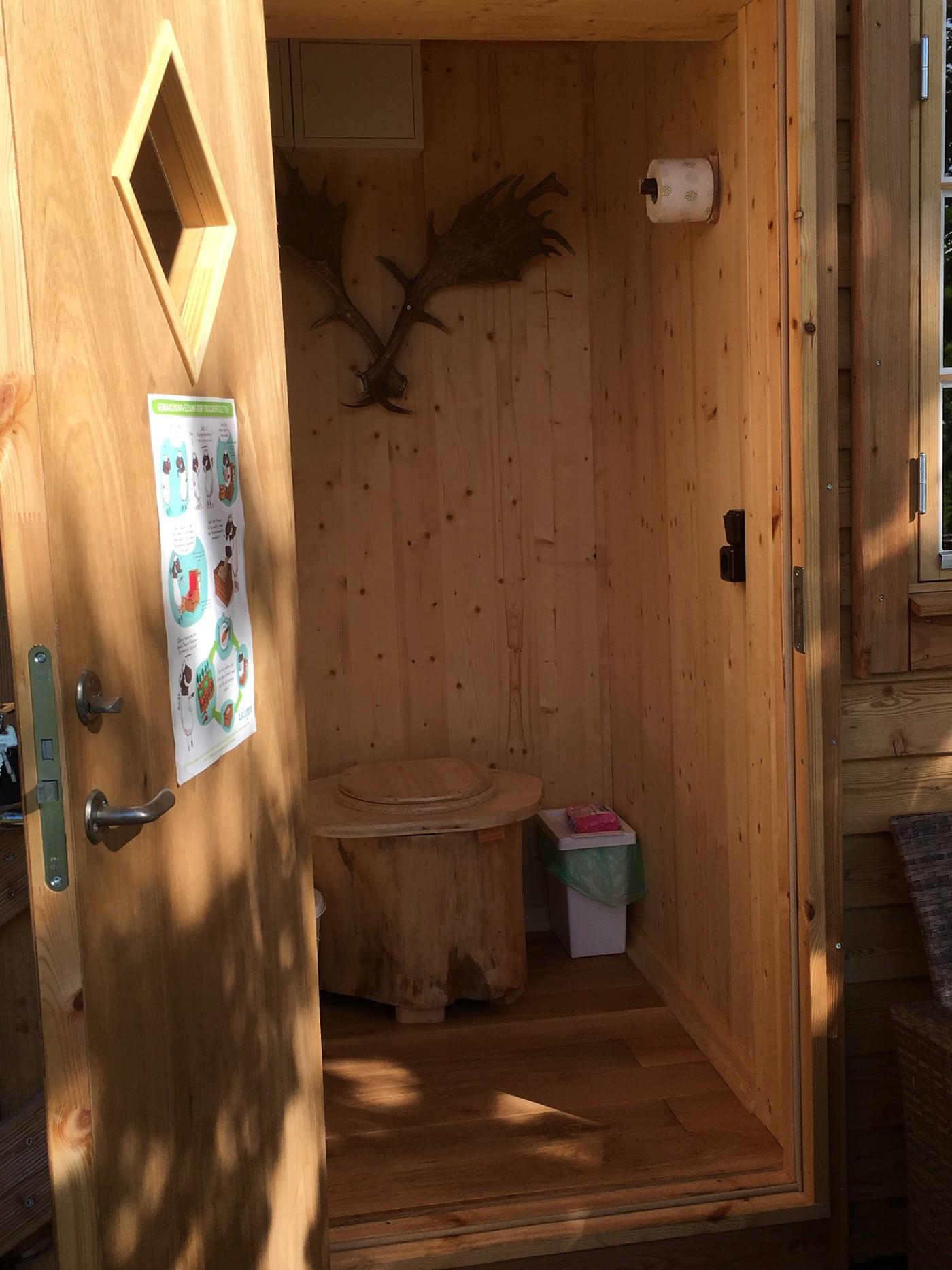 Toilette im Baumhaus // HIMBEER