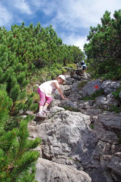 Kinder klettern auf Felsen in Tirol | München mit Kind