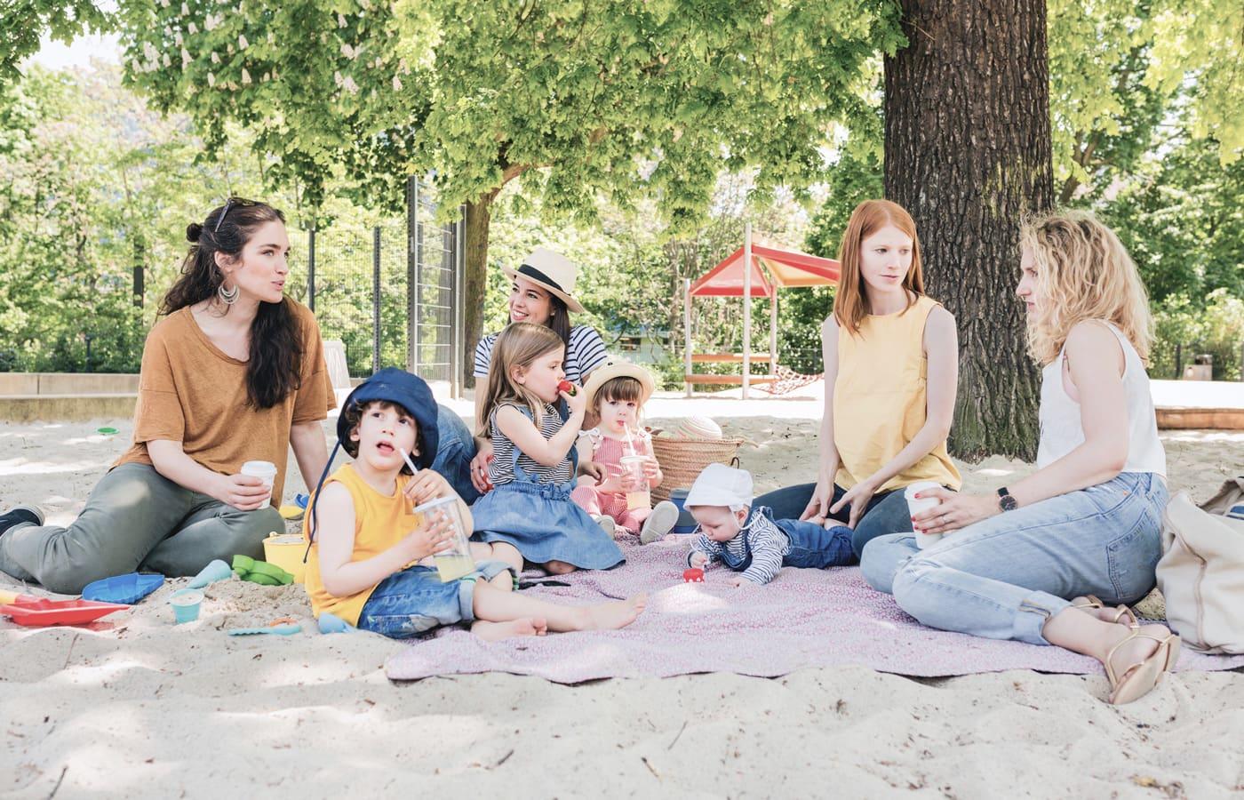 Muetter mit Kindern auf Spielplatz // HIMBEER