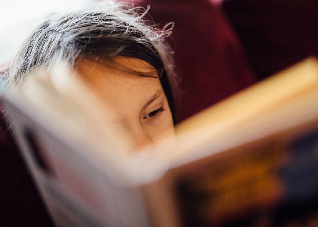 Berlin mit Kind: Mädchen lesend // HIMBEER