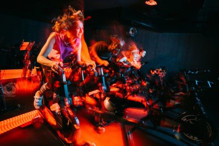 Erwachsene auf Fitness-Rädern // HIMBEER