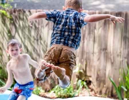 Springender Junge im Sommer // HIMBEER