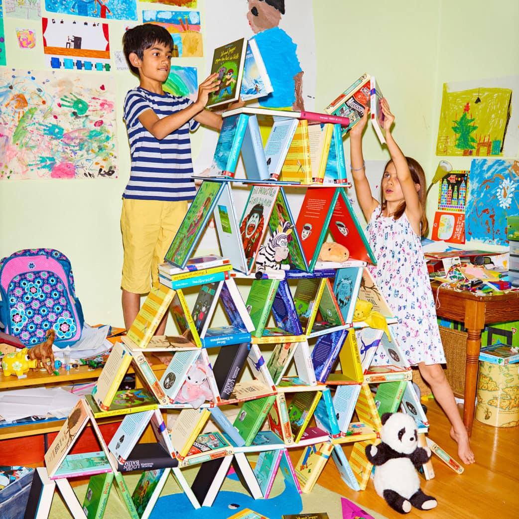 Kinder bauen einen Turm aus Büchern, Internationales LiteraturFestival Berlin // HIMBEER