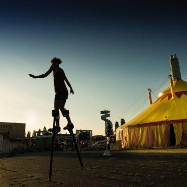 Auf stelzen auf dem Tempelhofer Feld beim Zirkus CABUWAZI // HIMBEER