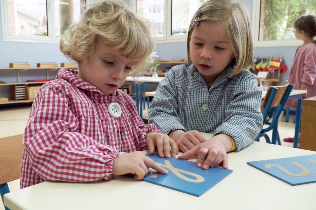 Mädchen lernen Buchstaben. // HIMBEER
