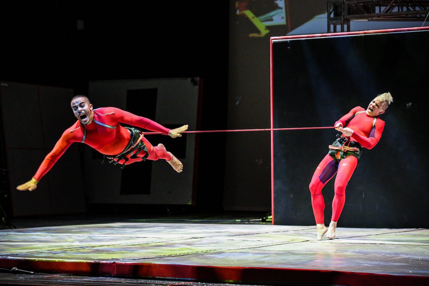 Fliegende Artisten in roten Kostümen // HIMBEER