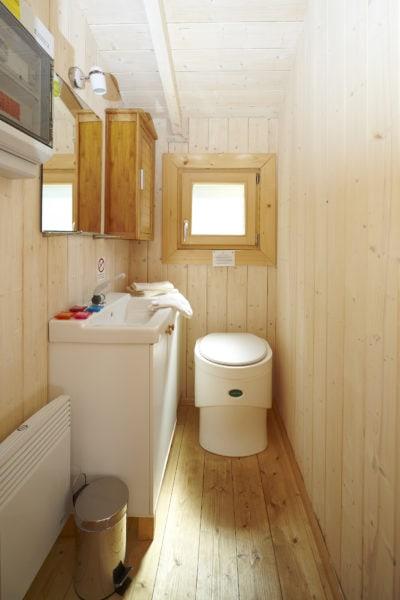 Toilette im Baumhaus Hotel
