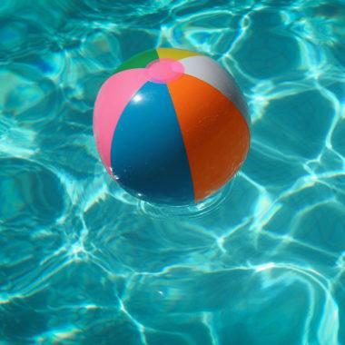 Wasserball im Pool // HIMBEER