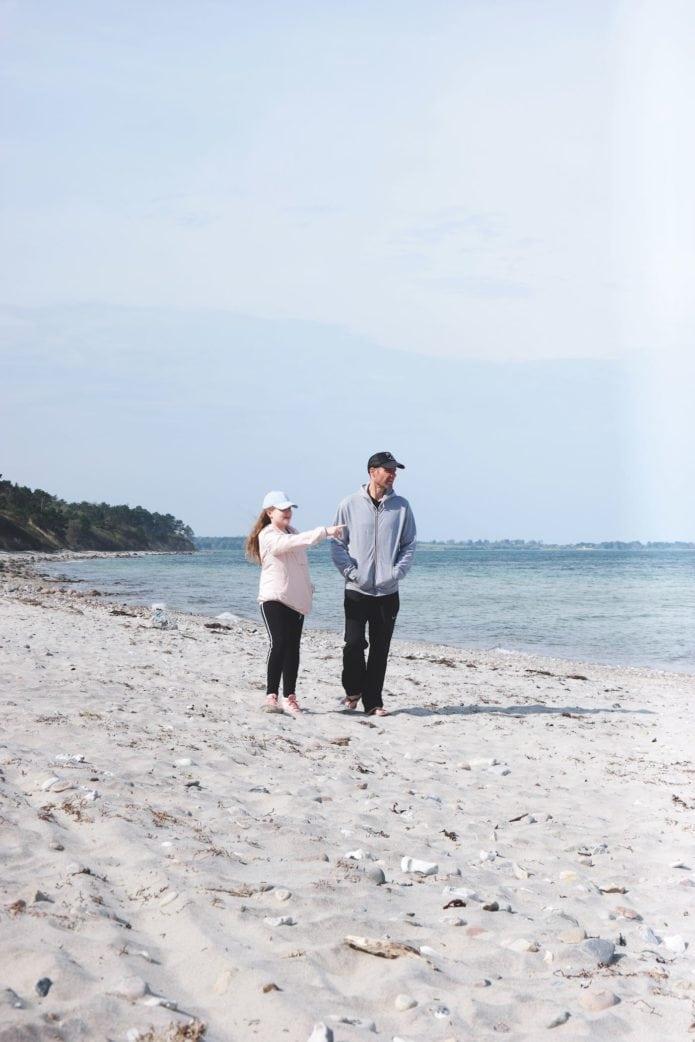 Vater und Tochter am Strand in Dänemark // HIMBEER