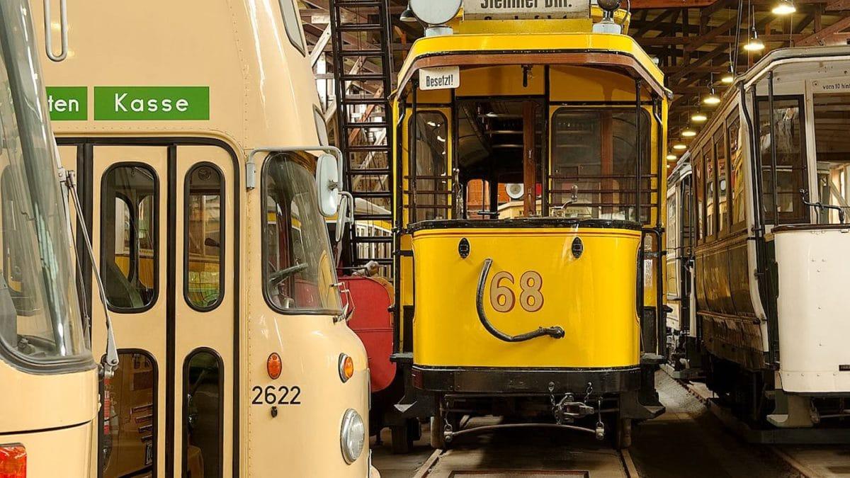 In Berlin mit Kind alte Straßenbahnen und Busse entdecken // HIMBEER