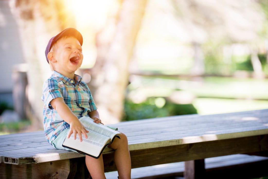 Kinderbuchläden in Berlin-West: Lachener, lesender Junge // HIMBEER