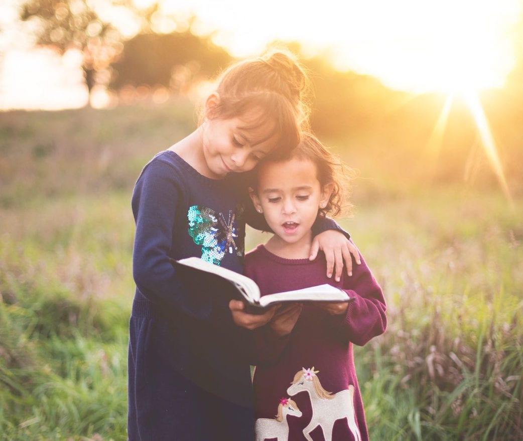 Top Kinderbuchläden in Berlin: Lesende Mädchen // HIMBEER