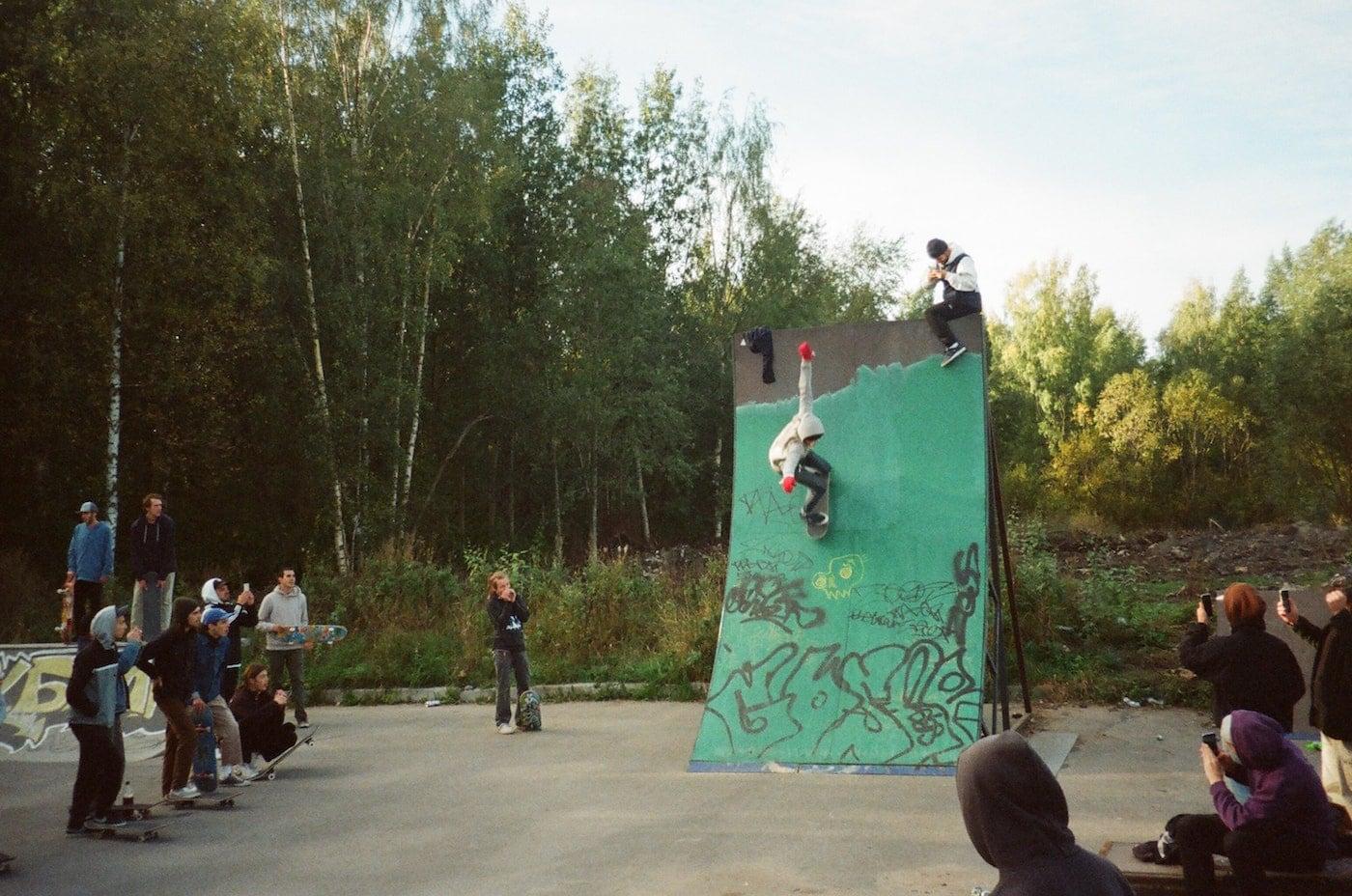 Skatboardkurs für Kinder in der Skatehalle Berlin in den Herbstferien Ferienkurse Sport c Aleksandr Neplokhov // HIMBEER