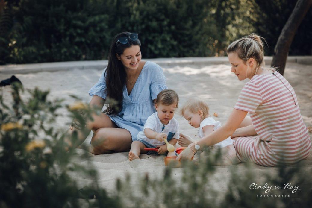 Mütter mit Kindern im Sandkasten // HIMBEER