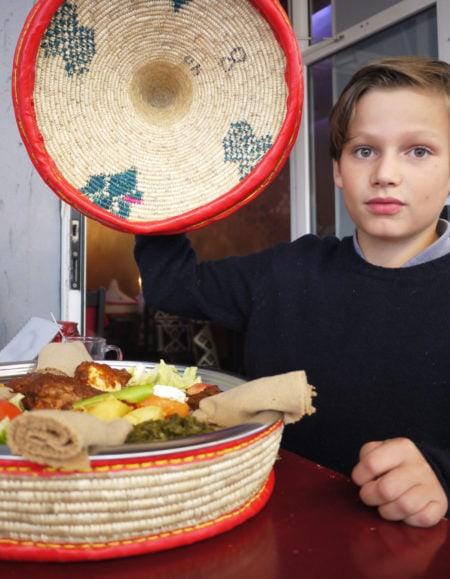 Mit-Kindern-essen-gehen-in-Berlin-Äthopisch-c-Adrian-Grunert