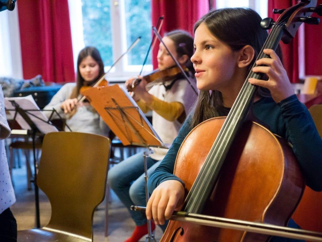 Musikschule tomatenklang in Berlin: Die Vibration des Cellos spüren // HIMBEER