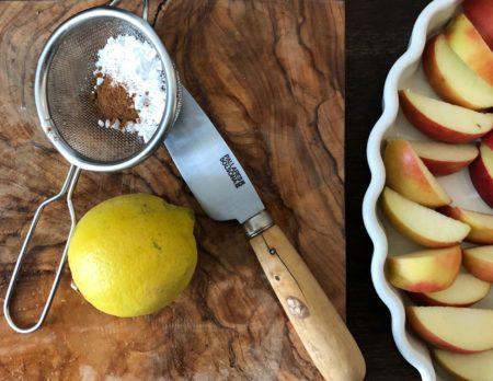 Backen mit Kindern: Apple Crumble-Rezept, kinderleicht zum Nachbacken // HIMBEER