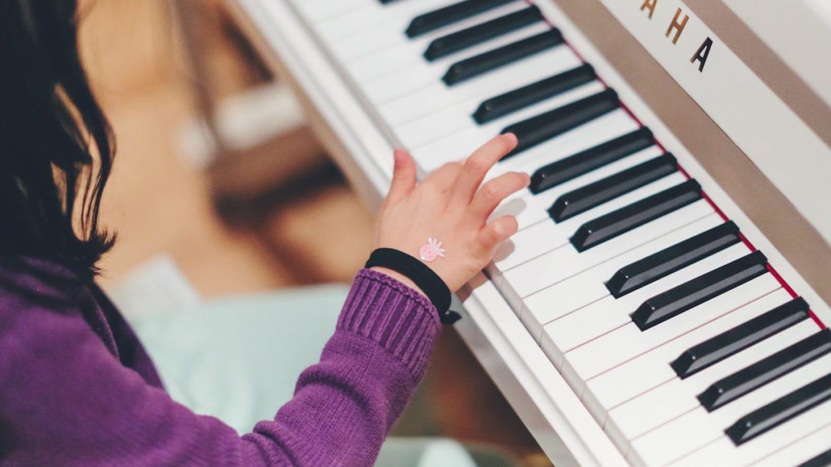 Klavierspielendes Kind: Wie man Kinder zum Üben motiviert // HIMBEER