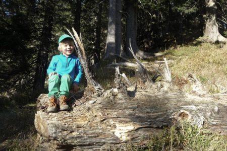 Skifahren mit Kindern in Österreich: Kind beim Wandern // HIMBEER