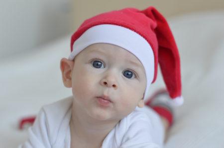Tipps für guten Kinderschlaf, Baby mit Weihnachtsmütze // HIMBEER