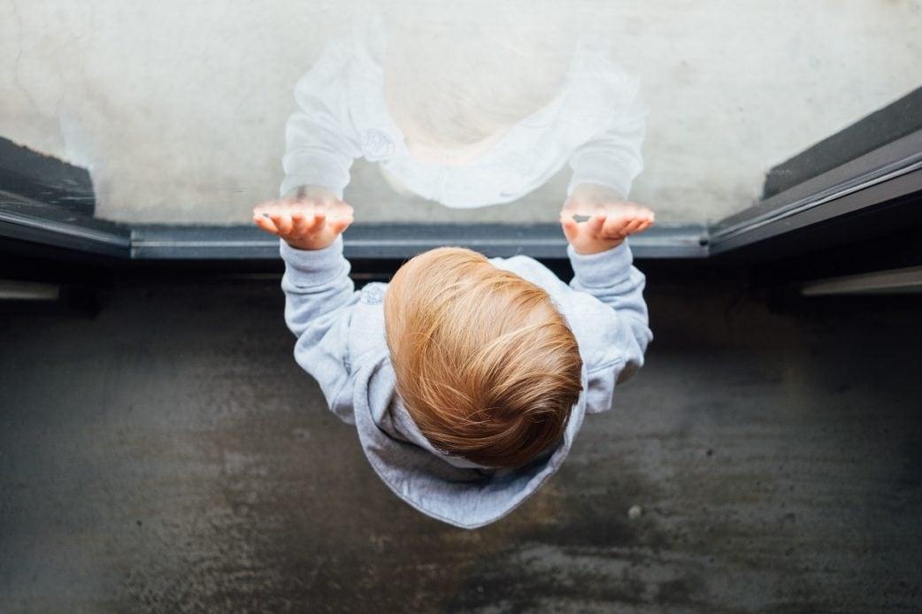 Autonomiephase, Kleinkindalter, Sarah Niedermeier, kleines Kind, Scheibe, unsplash // München mit Kind