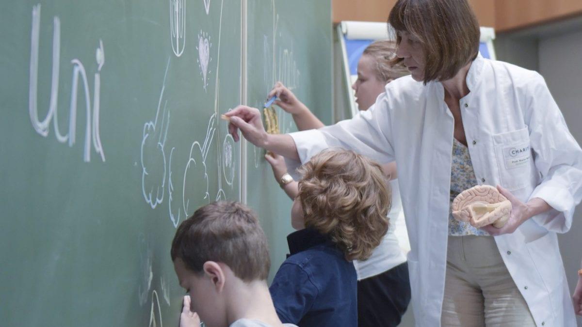 Kinderuni mit Kindern in Berlin Medizin und Gesundheit lernen // HIMBEER