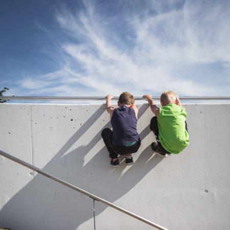 Kinder in Berlin machen Parkour am Velodrom // HIMBEER