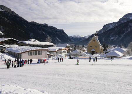 Skirennen im Familienskigebiet Steinplatte in Österreich // HIMBEER