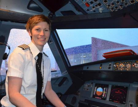 easyJet-Pilotin Stine Andersen unterstützt den Internationalen Frauentag // HIMBEER