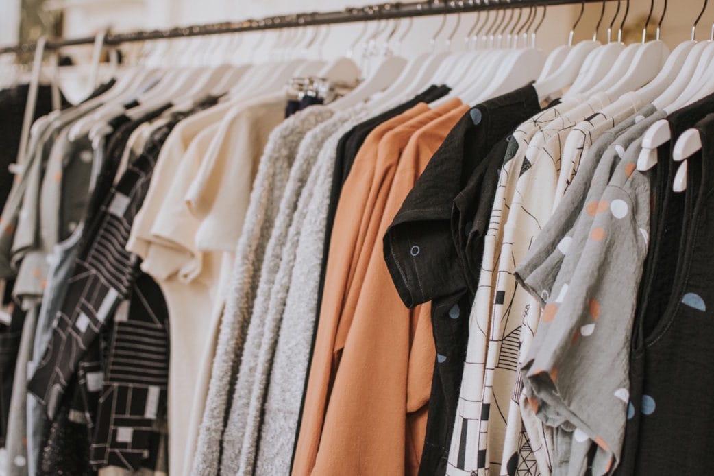 Top 10 Nachhaltige Mode in Berlin Kleiderständer // HIMBEER