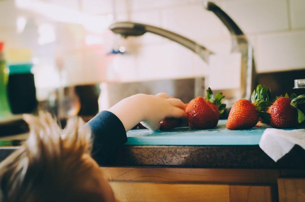 Rezept: Erdbeeren-Limetten-Limo, die Kindern schmeckt // HIMBEER